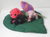 Mariehøne og snegl som hånddukker